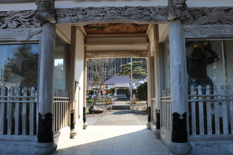 仁王門から本堂を望む