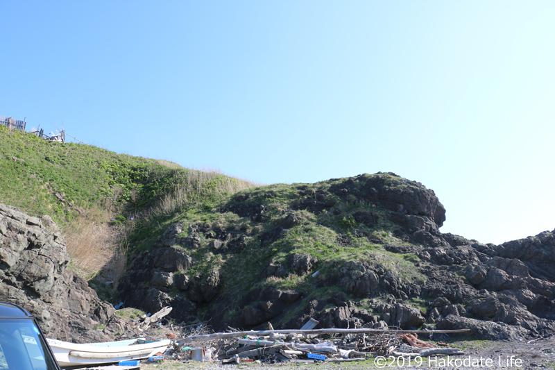 北側の漁港から見た洲根子岬