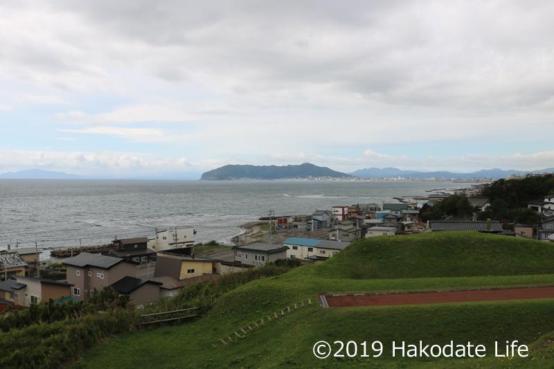 志苔館から函館山を望む