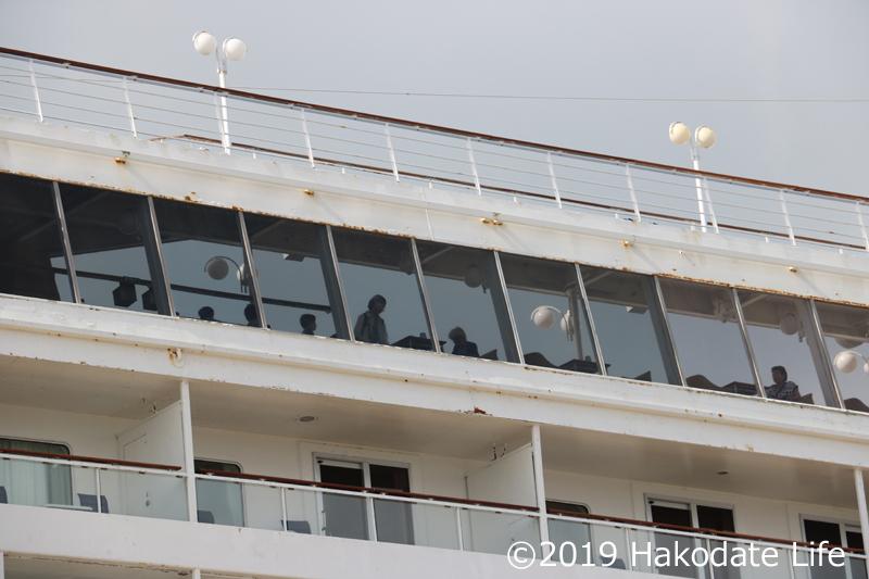 客船内のデッキに人影
