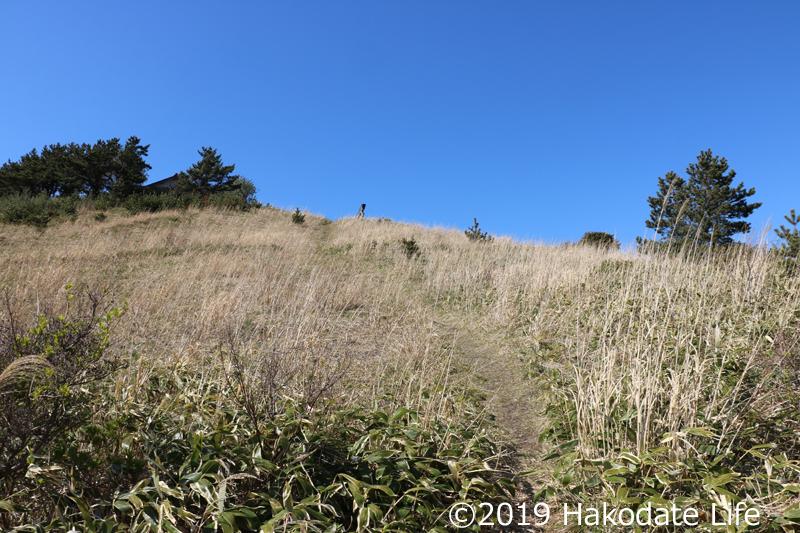 急な斜面を登る