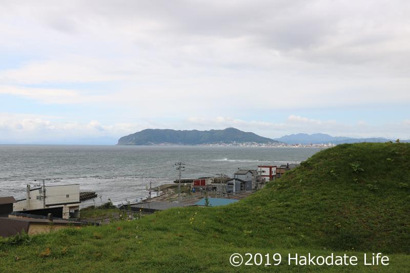 志海苔館から海を見下ろす~左手前の方に岩礁のようなものが見える