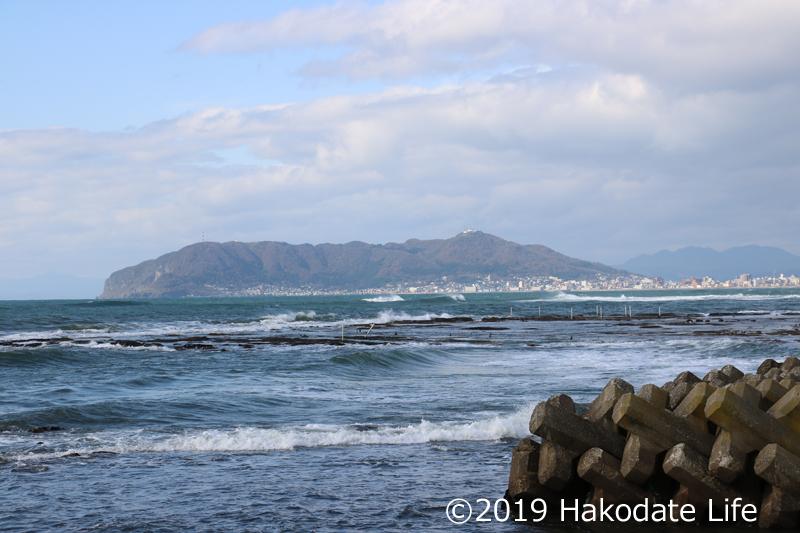 潮が引いて岩礁が見える