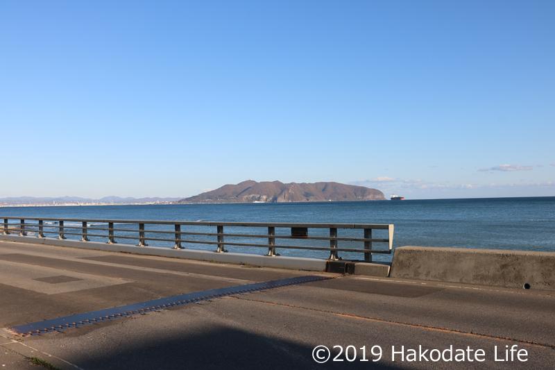 茂辺地川から函館山を望む