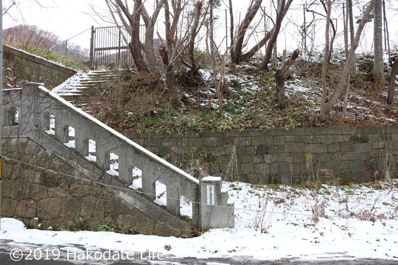 ロープが張られた石階段
