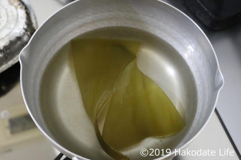 根昆布で出汁をとる