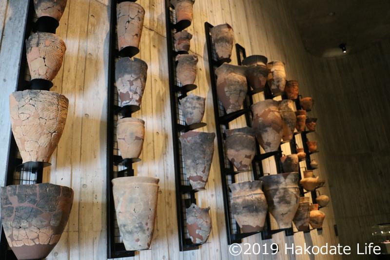 壁に展示された縄文土器①