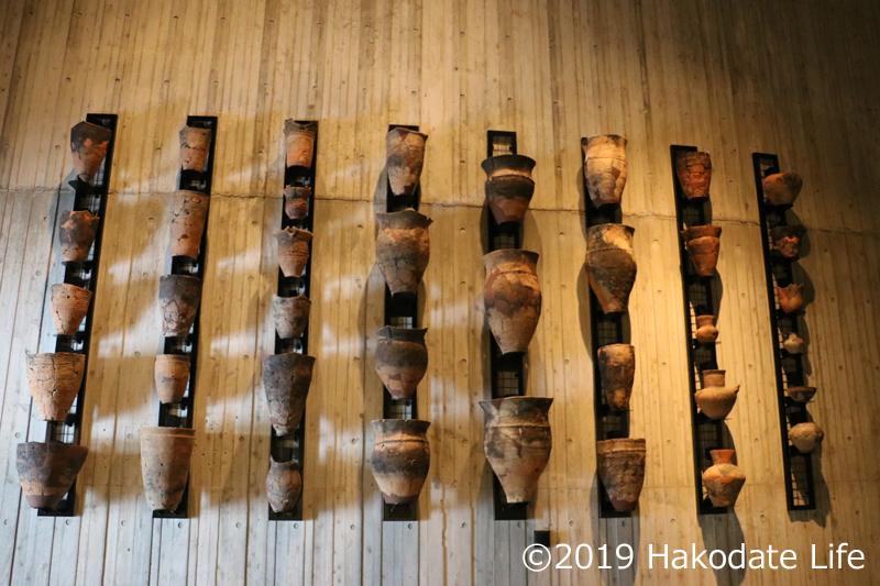 壁に展示された縄文土器②