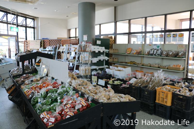 野菜売り場と奥のガラスゾーン