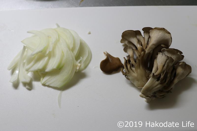 玉ねぎと舞茸を炒める