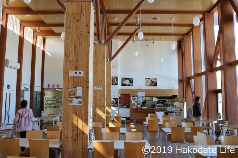天井の高い食堂内