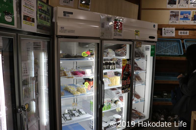 加工品が並ぶ冷蔵庫