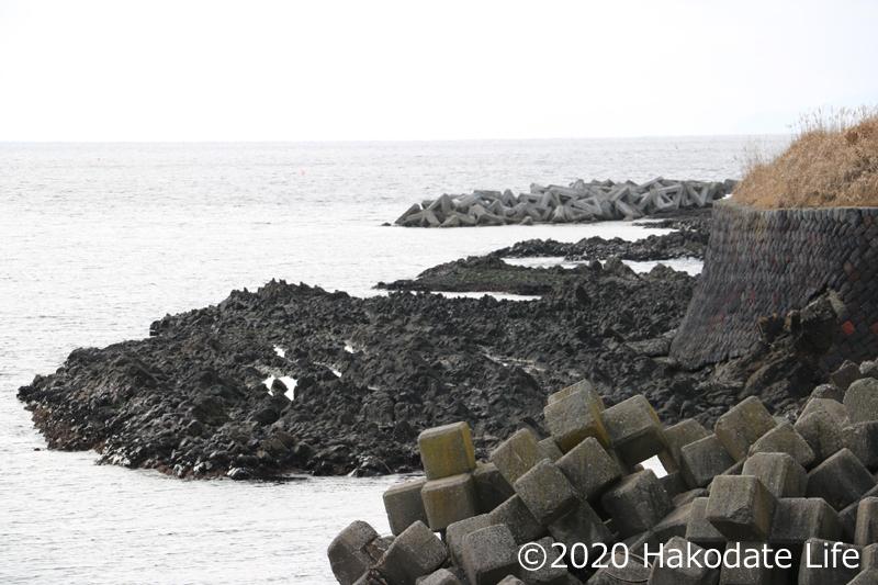 海中にも特徴的な黒岩が散在する