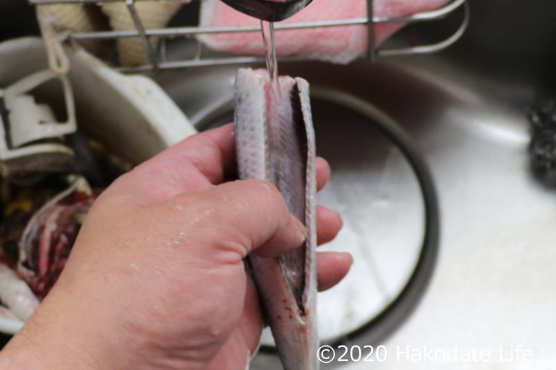 指で背骨部分に溜まった血を出して洗う