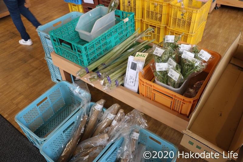 山菜も豊富に売られている
