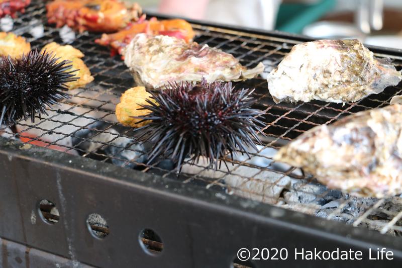 海産物を焼く