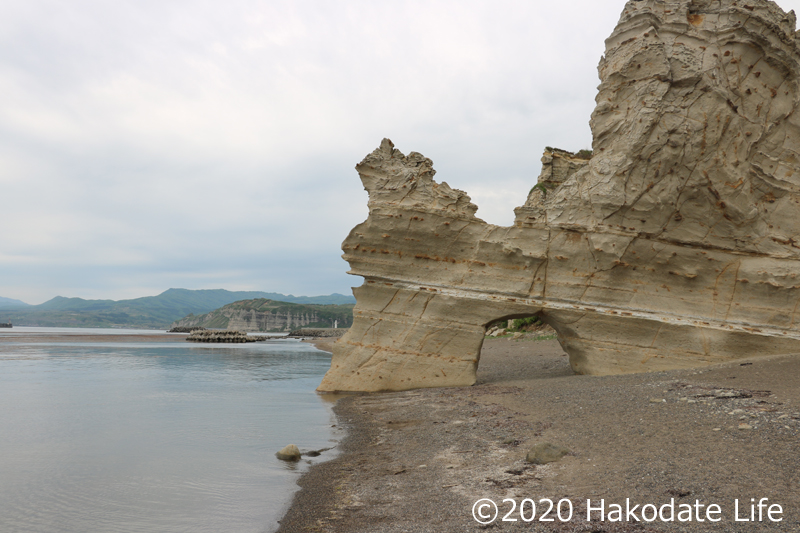 くぐり岩左側に館の岬が見える