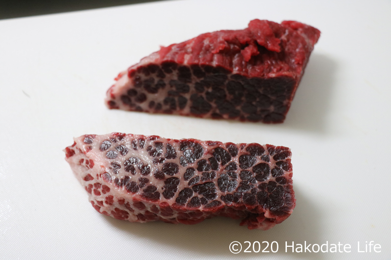 半分にカットされた鯨のホホ肉