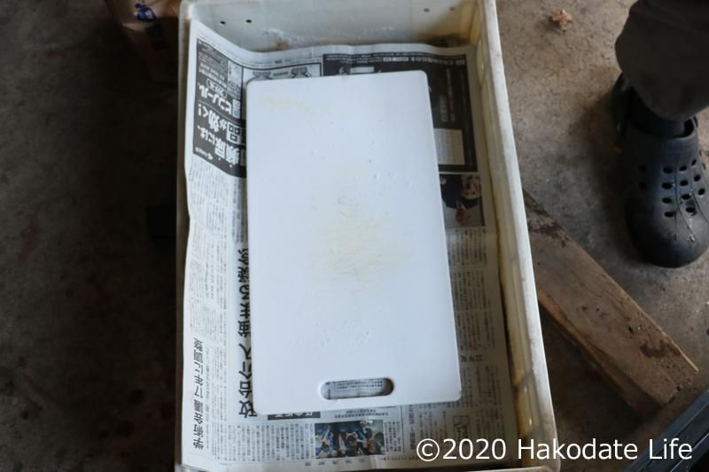 新聞紙を敷いてまな板を載せる