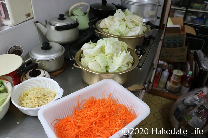 仕込まれた大量の野菜