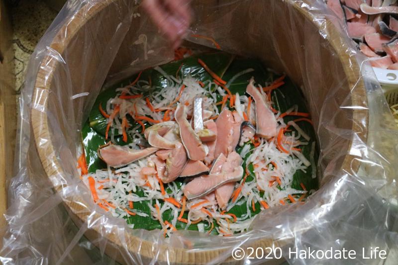ループ2回目。また、笹・野菜・鮭の順に入れる