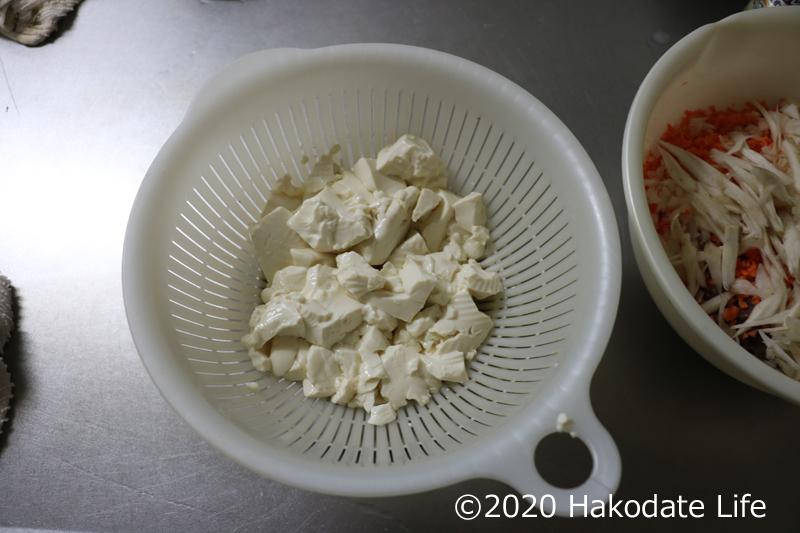 レンジで温め水分を取った豆腐