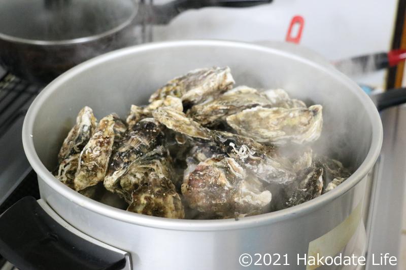 牡蠣を蒸し器に入れる