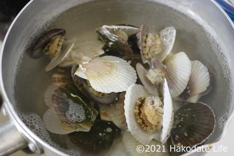 稚貝を出し汁に入れる