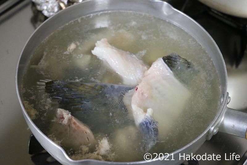 アラを鍋に入れる