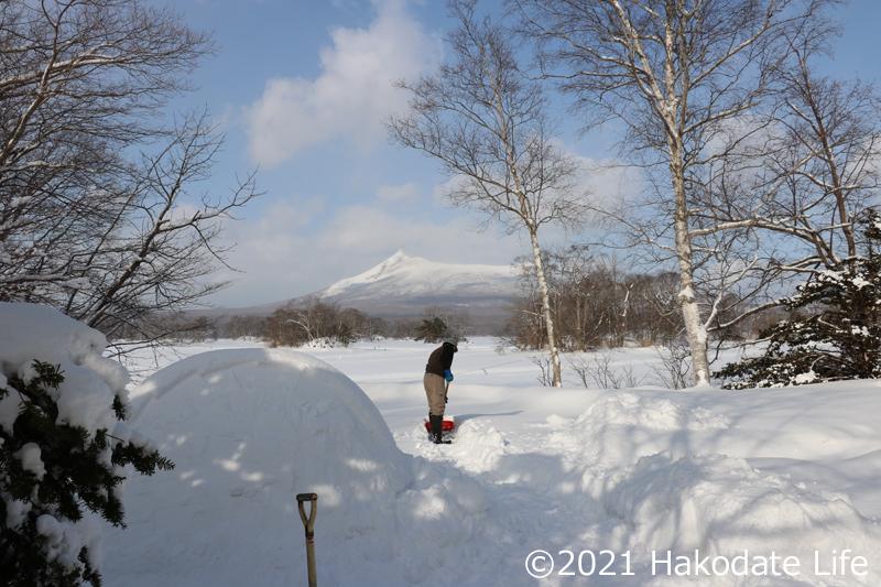 雪かきの男性