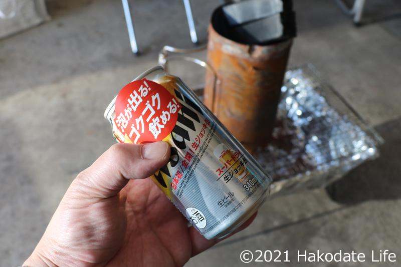 生ジョッキ缶を飲みながら火が付くのを待つ