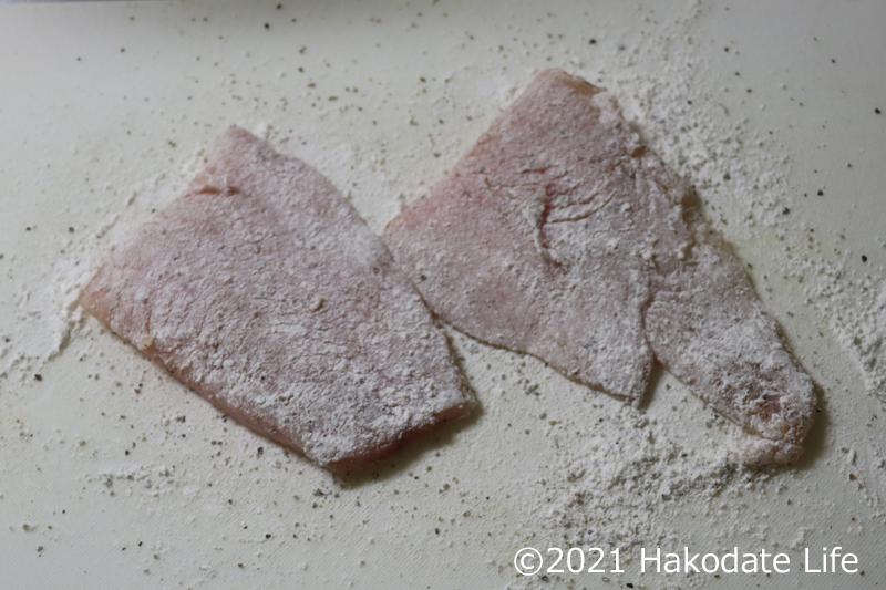 小麦粉を振る