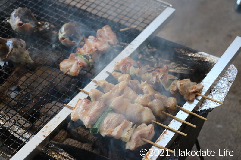 中央に串が焼けた豚精肉